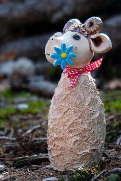 ...und noch viel mehr. Alles mit Liebe von Hand getöpfert. Creative, Christmas Ornaments, Holiday Decor, Etsy, Garden, Goat, Sheep, Sculptures, Garten