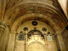 Orsanmichele Chiesa e Museo - Firenze -All'interno molti affreschi della fine del XIV secolo ornano i pilastri, alcune delle pareti e gli spicchi delle volte.