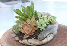 Learn How to Make These Concrete Garden Hands - Garden Lovers Club Diy Garden Projects, Garden Crafts, Garden Art, Garden Design, Garden Paths, Hand Planters, Concrete Planters, Concrete Crafts, Concrete Garden
