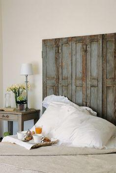 Alte Fensterläden aus Holz mit schöner Patina werden zum Bett-Kopfteil umfunktioniert. (Foto @ BusseSeewald). Ein von vielen großartigen Ideen aus dem neuen Buch Vintage Flair. Mehr Bilder aus dem Buch & Infos hier: http://landhaus-look.de/vintage-flair-das-geheimnis-schoener-haeuser#more-17449