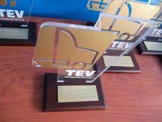 trofeo acrílico dorado