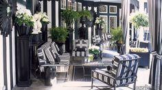 Một sự kết hợp trên cả những sắc màu phổ biến đó chính là màu đen và trắng kinh điển. Hai sắc màu hòa quyện hài hòa từ phòng ngủ, phòng tắm, phòng khách…tạo sự tinh tế, sành điệu và không bao giờ lỗi thời.