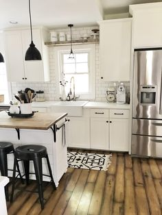 30 Nifty Small Kitchen Design and Decor Ideas to Transform Your Cooking Space - The Trending House Modern Farmhouse Kitchens, Farmhouse Kitchen Decor, Kitchen Redo, Home Decor Kitchen, New Kitchen, Home Kitchens, Kitchen Window Decor, 10x10 Kitchen, Awesome Kitchen