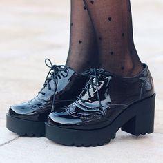 Sim! Isso é um Oxford sim ele é envernizado e sim novamente ele é tratorado sério gente tô amando essa nova moda ontem vi esse sapato lindo no pé de uma amiga e fiquei apaixonada sei que ele é bem diferente mas amei é lindo estiloso e parece ser bem confortável já vou avisando que vou comprar um me segurem!  repost foto @joyce_kitamura Diva inspiradora! Emo Shoes, Sock Shoes, Cute Shoes, Girls Shoes, Shoes Sneakers, Mocassins, Professional Outfits, Sneaker Boots, Dream Shoes