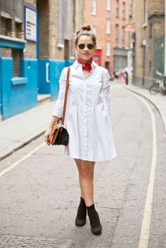 That's how easy it can be done. A simple white shirt dress paired with a red bandana and a pair of ankle boots. Via Amy Spencer. Bandana Outfit, Red Bandana, Bandanas, Outfits Blanco, Cool Outfits, Fashion Outfits, Net Fashion, Fashion Tips, Street Outfit