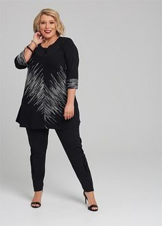 Kledingtips voor de kleine vrouw met een grotere maat. Curvy Fashion, Plus Size Fashion, Womens Fashion, Apple Body Type, Well Dressed, Size Clothing, Nice Dresses, Cool Outfits, Normcore