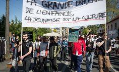 La mobilisation continue à Savigny-Sur-Orge Des centaines de Saviniens ont protesté une nouvelle fois dimanche contre les mesures de la municipalité Plusieurs appels à rassemblement étaient lancés dimanche dernier de la part de collectifs de parents,...