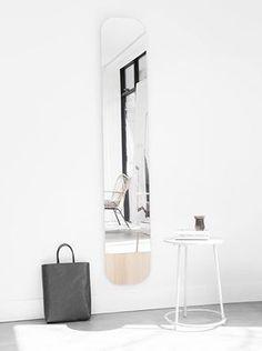 Schönes Stück: Wandspiegel mit abgerundeten Ecken und dicker Eichenfurnier-Kante, Hier entdecken und shoppen: http://sturbock.me/AE8