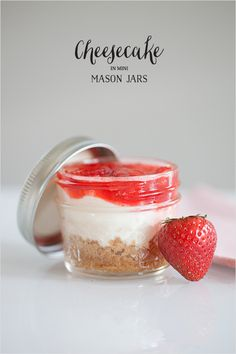 Adorable Little Mason Jar Cheesecake Bites.perfect for DIY edible favors or rustic dessert tables. Cheesecake is too good! Mason Jar Favors, Mason Jar Desserts, Mini Mason Jars, Mason Jar Meals, Meals In A Jar, Just Desserts, Delicious Desserts, Dessert Recipes, Yummy Food