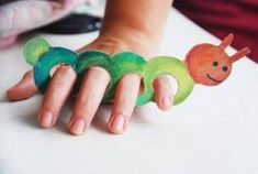 Crafts paper on children's fingers | http://PicturesCrafts.com