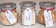 Aliar o sal a outros temperos pode trazer um toque de requinte às receitas mais básicas. Reunimos neste post três receitas de sais aromatizados. Confira!