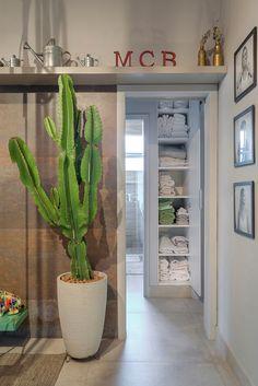 Plantas, para que te quero! Adoramos o vaso de cactos na sala de estar projetada por Ivana Seabra e Bruno Vianna. Confira o projeto completo na Habitat 60! #architectur #architectural #architecture #architecturelovers #arquiteto #arquitetura #casa #House #cactus #ivanaseabra #brunovianna #revistahabitat #habitat60