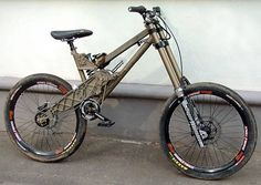 Las bicicletas actuales son espectaculares, pero el camino para llegar a ellas ha sido duro. 5 de los modelos más extraños de la historia del DH