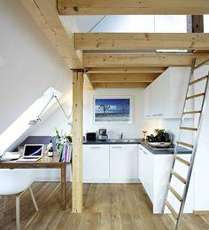 Im Dachboden eines Konstanzer Stadthauses entstanden sieben einzigartige Ferienwohnungen. Wir haben uns eine davon angeschaut, ein lichtdurchflutetes Dachapartment mit sensationellem Ausblick und schnuckeliger Galerie.