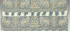 Rares fragments de bordures en broderie de Buratto sur gaze, Italie, (Sicile ?), vers 1550-1600. Soie, fond tissé en gaze de soie bleue brodé à l'aiguille au point de reprise en lin, bordure frangé en soie floche bleu et crème. Belle frise de lions affrontés dans le style des soieries de Lucques du 14e siècle, entrecoupés de fleurons Renaissance et bordée d'une frise au décor d'animaux affrontés et châteaux ou tours intercalés de plus petite échelle.