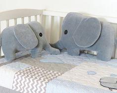 Kawaii pingüino almohada peluche Animal o niño pequeño regalo almohada de pingüino de felpa suave ¿Te gustaría una versión personalizada de esta almohada? Entrarme en contacto con el nombre deseado y hacer una nueva almohada por tu deseo y enviar dentro de 2 días hábiles! Esta orden será de -una funda de almohada hecha a mano penguinl, - y una almohada. - o pingüino de almohada y funda de almohada (16 x 16 pulgadas) de lanzar. El conjunto totalmente artesanal. Esta almohada sería el regal...