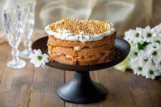 Juhlava naked cake valmistuu helposti vaikkapa vuodenvaihteen juhlintaan. Mikäli haluat järjestää unohtumattoman yllätyksen, kätke kakun väliin poksusokeria, jota löydät hyvin varusteltujen markettien leivontahyllyltä. Näin kakku poksuu kilpaa rakettien kanssa. Kakun koristelu on helppo, ripottele pinnalle runsaasti kullansäihkettä pehmeiden koristehelmien muodossa.