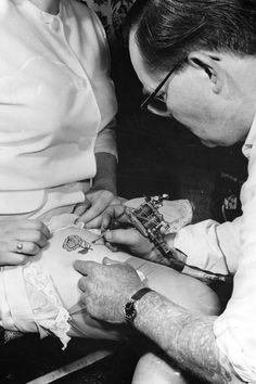 30 Badass Vintage Photographs of Women Getting Tattooed