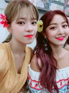 Jeongyeon & Jihyo Twice 180723 Kpop Girl Groups, Korean Girl Groups, Kpop Girls, K Pop, Sana Momo, Twice Jungyeon, Jihyo Twice, Chaeyoung Twice, Fandom