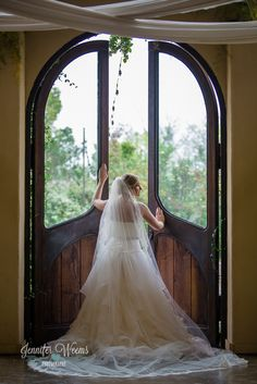 Barr Mansion Bridal photo by Jennifer Weems Photography, Austin Wedding, Bride, Barr Mansion photographer, wedding dress, veil, old house, vintage, Austin Wedding Photographer, Bridal Session