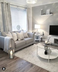 Top 5 Inexpensive Family Room ideas Sunday funday - We've had a lovely day looking around various stores at their Christmas decorations. Decor Home Living Room, Small Room Decor, Home And Living, Living Room Designs, Silver Living Room, Living Room Grey, Cute Home Decor, Home Design Decor, Living Room Inspiration