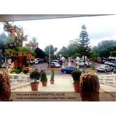 Atrio entrada HOSPITAL SILOE, mirando al estacionamiento y calle Pablo Valdez.