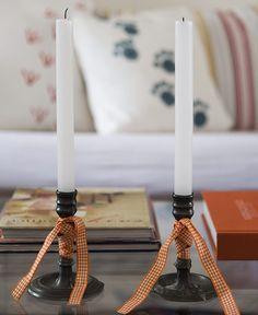Que tal amarrar fitinhas no pé do porta-velas? O detalhe muda totalmente o estilo do acessório