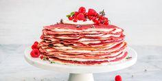 Det blir ikke bedre enn Red Velvet pannekake-lagkake: Tynne, delikate røde pannekaker i stabel med deilig ostekrem mellom lagene.