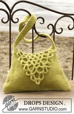 """DROPS Felted bag with a flap in """"Eskimo"""". ~ DROPS Design"""