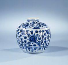 Small pot, Ming dynasty, c. 1475 - c. 1500, blue and white porcelain, h 10.5cm × d 3.7cm. AK-MAK-1315. On loan from the Vereniging van Vrienden der Aziatische Kunst, 1980. Rijksmuseum, Amsterdam.