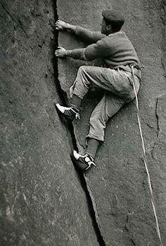 The famous (and infamous) Don Whillans. Don Whillans, né le 18 mai 1933 à Salford et mort le 4 août 1985, est un grimpeur et alpiniste britannique qui a joué un grand rôle dans le renouveau de l'alpinisme britannique dans les années 1950.