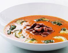 Suppen får en dejlig dyb og sødmefuld smag af de bagte peberfrugter. Og masser af fyld med squash og bønner. Server bare godt brød til! Squash, Bon Appetit, Thai Red Curry, Chili, Beverages, Drinks, Protein, Food And Drink, Soup