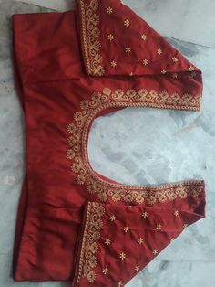 "Best 12 ""Bridal Destination Blouse design… DM on Printerest or What's app Costume :…"" – SkillOfKing. Pattu Saree Blouse Designs, Blouse Designs Silk, Designer Blouse Patterns, Bridal Blouse Designs, Blouse Neck Designs, Hand Work Blouse Design, Simple Blouse Designs, Stylish Blouse Design, Simple Embroidery Designs"