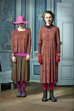 Langarmoberteil und Kleid 'Chestnut':  Partnerlook ist angesagt! Das farbenfrohe Blumenmuster gibt es sowohl auf einem Pullover als auch auf einem Kleid. Beide sind aus Viskosetrikot gefertigt und gehören zu der Linie 'Chestnut'. Auch sind beide Outfits mit schönen Accessoires aus der Herbstkollektion kombiniert.  http://www.gudrunsjoeden.de/Pullover-Shirts--40077d.html
