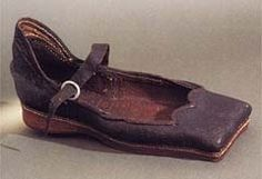 VERY vintage. Henry VIII shoe, circa 1500 (shoes were square since they had not yet established left and right shoes. Tudor History, British History, Historical Costume, Historical Clothing, Historical Dress, Men's Clothing, Vintage Shoes, Vintage Outfits, Mode Renaissance