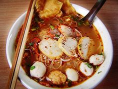 Kuai Tiao Tom Yam ก๋วยเตี๋ยวต้มยำ / gŭai-dtĭao dtôm yam/: it is the same recipe as Kuai Tiao Nam Sai, but added chili paste (น้ำผริกเผา /náam prík păo/), crushed peanuts, lime juice, chili powder, sugar and fish sauce. It is usually sweeter than regular soup and available for pork, fish and seafood.