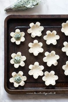 Stuff the puff pastry flowers with the filling – Recipe Puff pastry flowers Fauna and Flora are two terms frequently … Holiday Appetizers, Appetizer Recipes, Ricotta, Fingerfood Baby, Party Buffet, Flower Food, Antipasto, Menu, Mellow Yellow