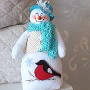 Купить или заказать Снеговик в интернет-магазине на Ярмарке Мастеров. Веселый и добрый снеговичок в нарядном пиджачке создаст новогоднее настроение и уют,станет оригинальным подарком для друзей коллег и родных. Сшит из мягкого флиса , шарф связан вручную,шляпка из фетра. Не для деткой игры! .Единственный экземпляр, без повторов!