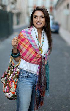 Tudo aquilo que as cores vivas dum bazar turco precisam para brilhar é dum fundo branco by oalfaiatelisboeta, via Flickr