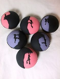 amazing silhouette cupcakes, could be great for GRR cake Pretty Cakes, Beautiful Cakes, Amazing Cakes, Cupcake Toppers, Cupcake Cakes, Cup Cakes, Rock Climbing Cake, Silhouette Cake, Chocolate Diy