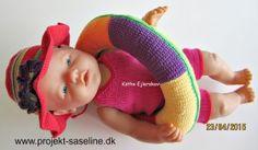 Baby born opskrifter 43 cm. badedragt til pigen med dejlig sommerhat med store blomster. samt badering. hæklet og strikket.