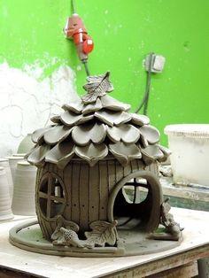 Další krmítko je na cestě. Ceramics Projects, Clay Projects, Clay Crafts, Diy And Crafts, Clay Houses, Ceramic Houses, Ceramic Clay, Ceramic Bisque, Clay Fairy House