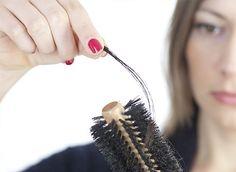 Sowohl Frauen als auch Männer können an Haarausfall leiden. Gründe hierfür können u.a. genetische Veranlagung, Vitamin- und Mineralstoffmangel, Anämie, Stress, Hormonveränderungen oder verschiedene Medikamente sein. Grundsätzlich verliert jeder Mensch durchschnittlich 100 Haare pro Tag, das ist ganz normal. Wenn es jedoch zu vermehrtem Haarausfall kommt, sollten die Ursachen herausgefunden werden.