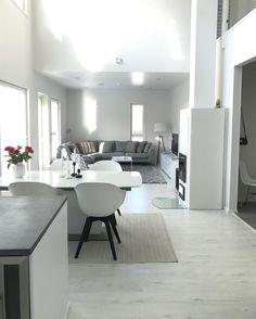 Valkoisen ja harmaan monet sävyt läpi sisustuksen Monet, My Dream Home, Conference Room, Dining Table, Living Room, Interior Design, Studio, Decoration, Furniture