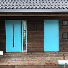 Vi ville ha dører som man får lyst til å ringe på! 👏🏻 Elsker de nye dørene! 😍👌🏻 #nyedører #nytthus #lunhus #digger #velkommen #nordbohus #kvik #kvikski #swedoor #veldigfornøyd #kjempefint #flinkefolk #flinkehåndverkere #kulfarge #jotun Garage Doors, Instagram Posts, Outdoor Decor, House, Home Decor, Modern, Decoration Home, Home, Room Decor