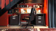 Ufficio sotto la scala con tante mensole