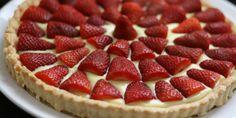 La crostata di fragole è uno dei dolci primaverili più semplici e golosi da preparare per fare merenda al pomeriggio.