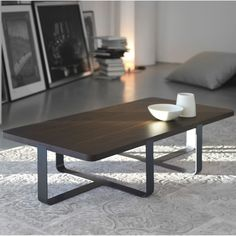 Mesa rectangular de Meme Design. Sobre en roble ahumado, patas en metal a elegir entre variedad de colores. ¡Destaca tu elegancia!