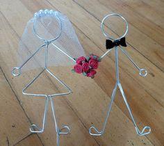 Mariés en fil de fer et petits éléments. #