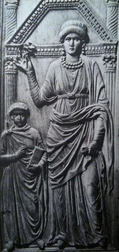 Dittico di Stilicone. Dittico consolare del 400 ca che fu realizzata in omaggio a Stilicone, insegnante militare dell'imperatore Onorio. Questo rilievo si trova nel Tesoro del Duomo di Monza. Sono rappresentati i tre membri della famiglia di Stilicone, ma qui in particolare vi presento l'immagine della moglie vestita con il tradizionale abito da matrona romana e il figlio Eucherio in toga.